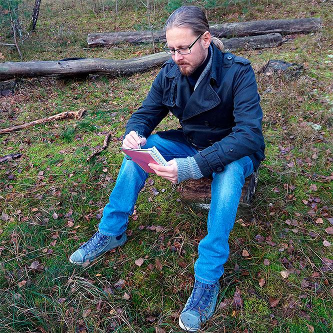 Jag sitter och skriver i skogen